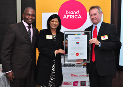Anitha Soni (middle) from Brand South Africa received an award of brand recognition for South Africa