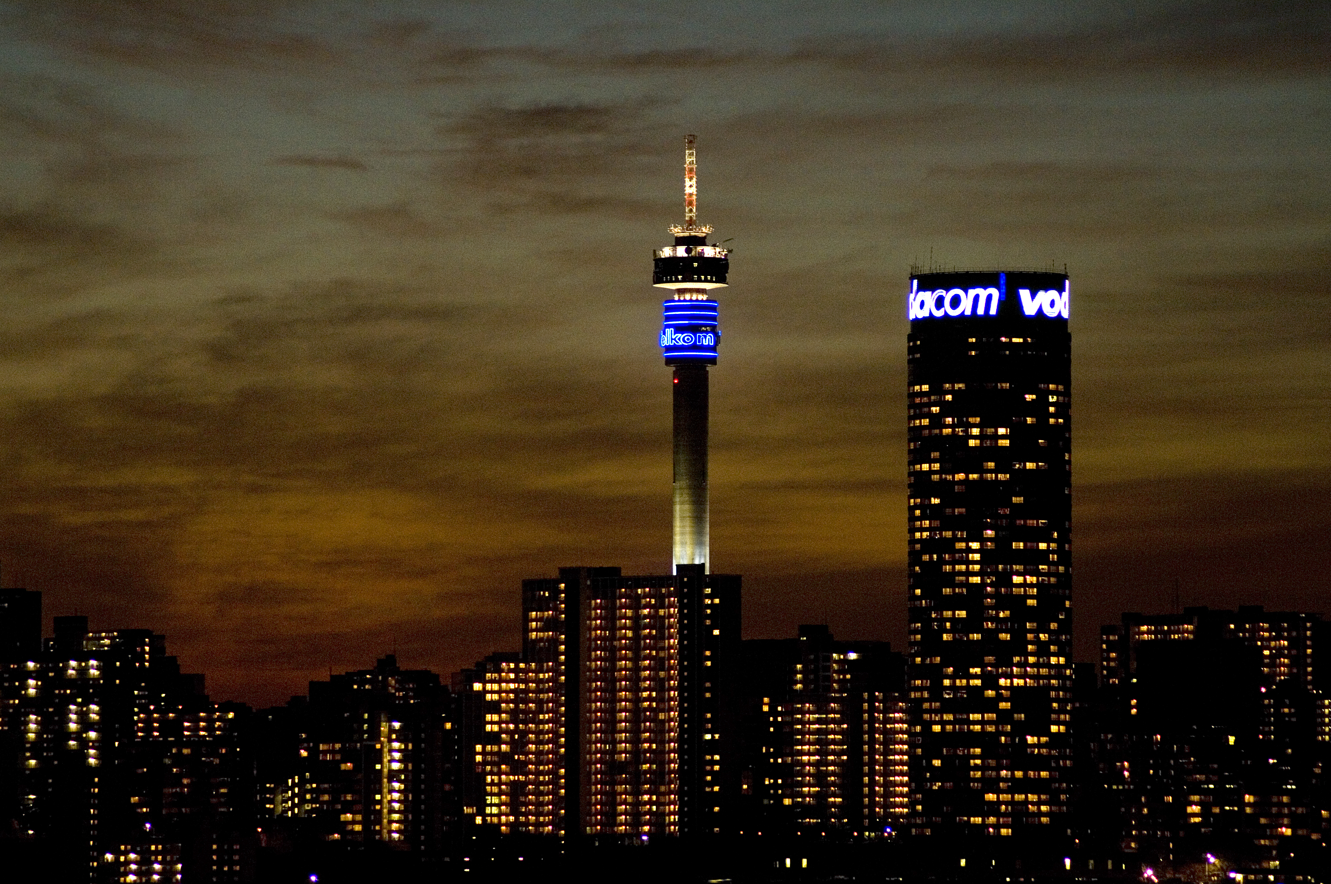 Photo library cities 2 brand south africa johannesburg gauteng province a view of the city centre skyline at sunset from the rooftop of the oribi hotel in troyeville altavistaventures Images